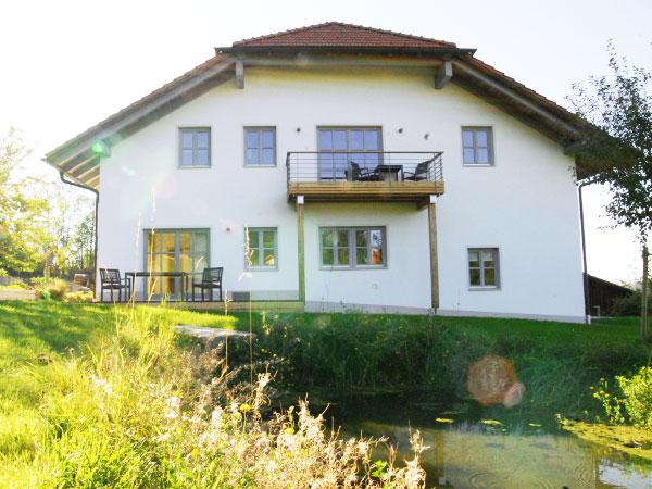 Die Seitenansicht des Hauses Lichteck mit einem kleinen Weiher im Vordergrund.