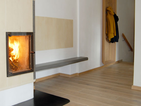 Natürliche Baustoffe wie Holz und Stein prägen das Bild der Ferienwohnungen im Haus Lichteck.