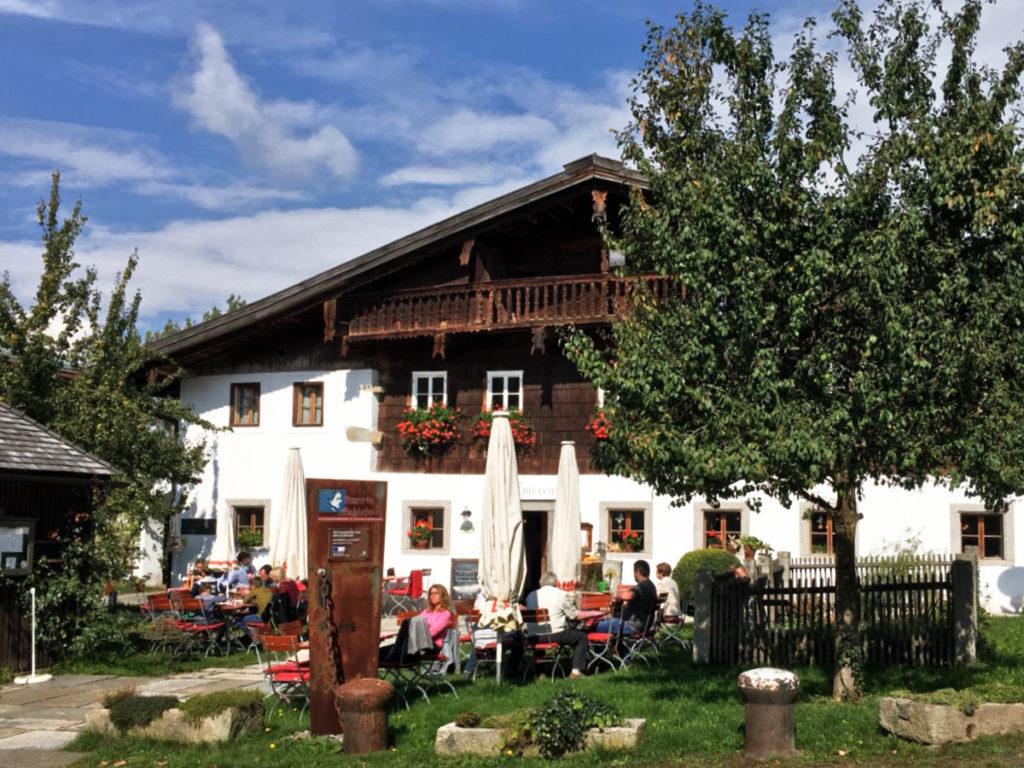 Hüttenkultur im Bayerischen Wald zeigt sich vor allem wie bei diesem Wirtshaus mit einem gemütlichen Biergarten.