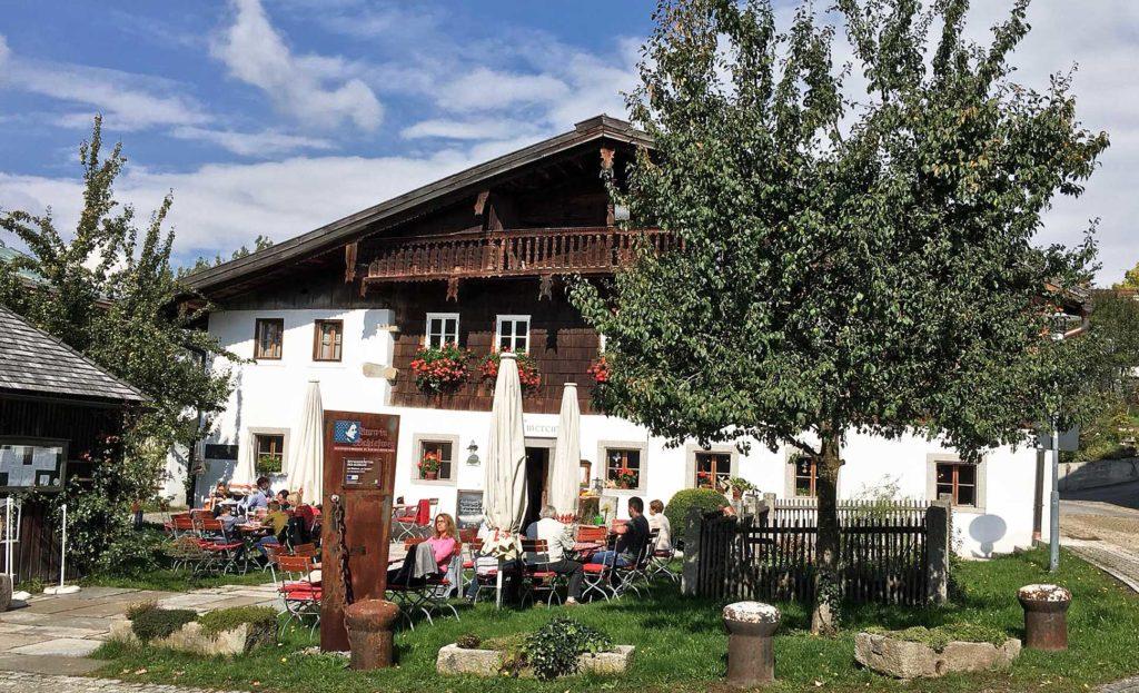 Das traditionelle Wirtshaus, Wirtshaus zur Emerenz, in Waldkirchen hat einen gemütlichen Biergarten.