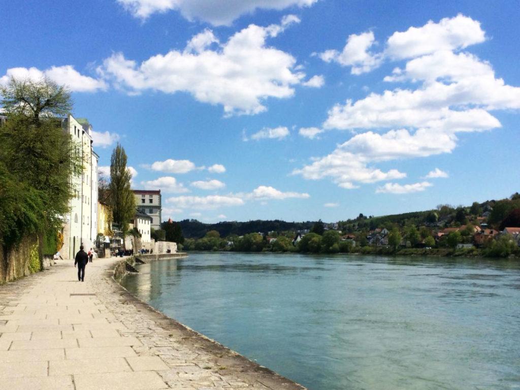 Promenade an der Donau bei Passau bei herlichem Wetter und mit mehreren Spaziergängern.